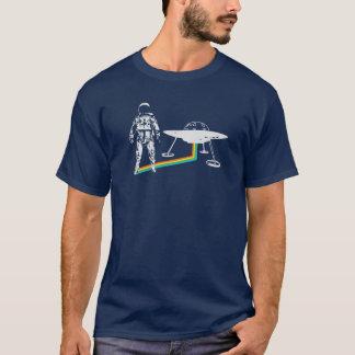 L'astronaute d'arc-en-ciel sort l'UFO de vaisseau T-shirt