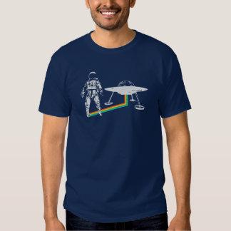 L'astronaute d'arc-en-ciel sort l'UFO de vaisseau T-shirts