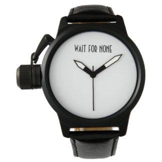 L'attente aucun noircissent la montre en cuir pour