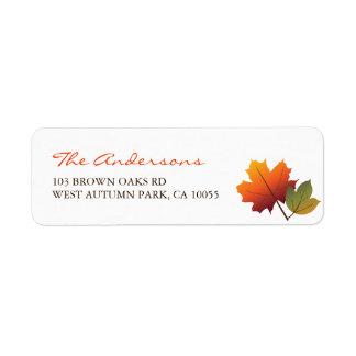 L'automne coloré laisse des étiquettes de adresse