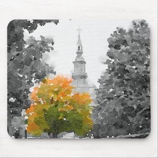 L'automne de ville colore le tapis de souris