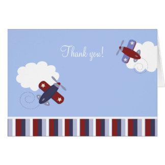 L'avion de rouge et de bleu marine a plié des cartes de vœux