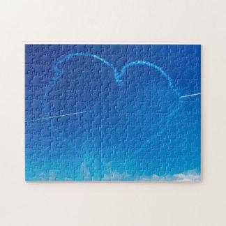 L'avion en forme de coeur traîne le puzzle