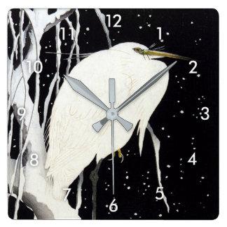 le 柳に白鷺, héron de 古邨 sur la neige a couvert le horloge carrée