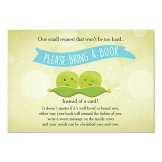 Le baby shower jumeau apportent à un livre deux carton d'invitation 8,89 cm x 12,70 cm