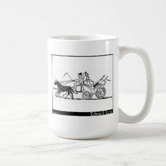 Le balai, la pelle, le tisonnier et les pinces mug blanc