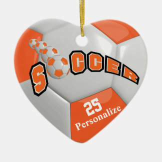Le ballon de football orange | personnalisent ornement cœur en céramique