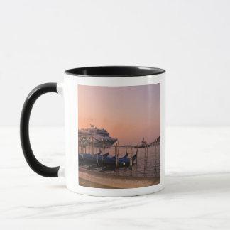 Le bateau de croisière et les gondoles tasses