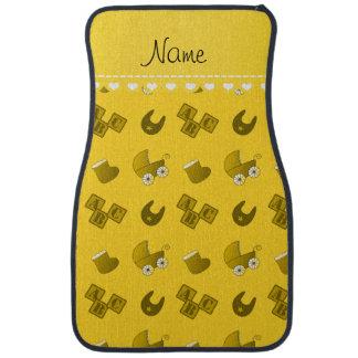 Le bavoir jaune nommé de bébé bloque des butins de tapis de voiture