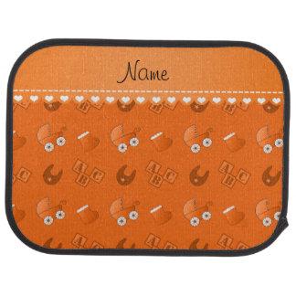 Le bavoir orange nommé de bébé bloque des butins tapis de sol