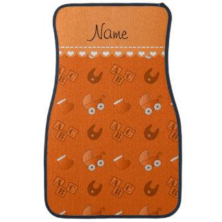 Le bavoir orange nommé de bébé bloque des butins tapis de voiture