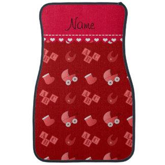 Le bavoir rouge nommé de bébé bloque des butins de tapis de voiture