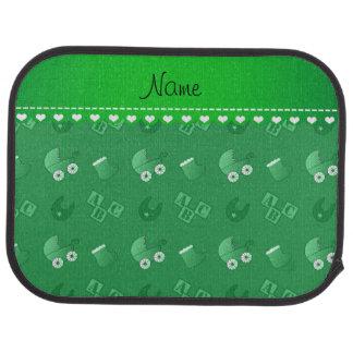 Le bavoir vert nommé de bébé bloque des butins de tapis de sol