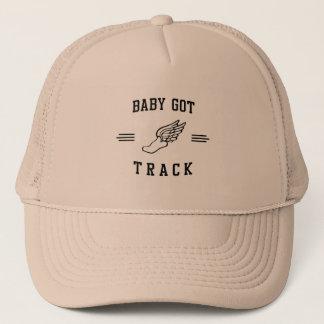 Le bébé a obtenu la voie casquette
