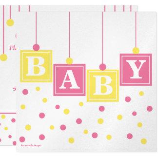 Le BÉBÉ bloque le baby shower jaune rose de fille Carton D'invitation 13,33 Cm