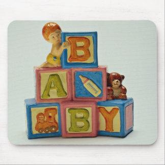 Le bébé bloque le jouet pour des enfants tapis de souris