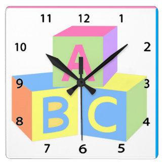 Le bébé bloque l'horloge murale