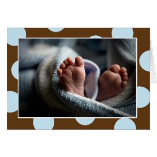 Le bébé botte la carte avec la pointe du pied