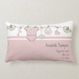 Le bébé rose vêtx le carreau de | oreiller