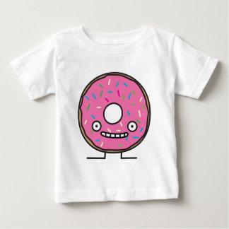 Le beignet fou avec arrose le desser rose de t-shirt pour bébé
