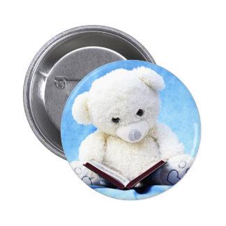 Le bel ours de nounours blanc a lu le livre pin's