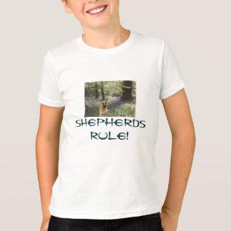 Le berger allemand badine le pré de T-shirt
