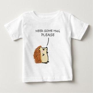 Le besoin de hérisson certains étreignent t-shirt pour bébé