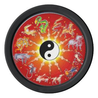 Le blanc animal de zodiaque chinois décrit des rouleau de jetons de poker