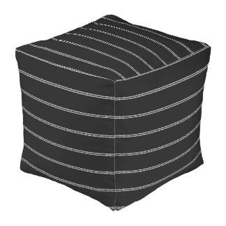 Le blanc barre les coussins décoratifs de cube en