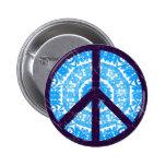 Le bleu teignent en nouant le signe de paix badge