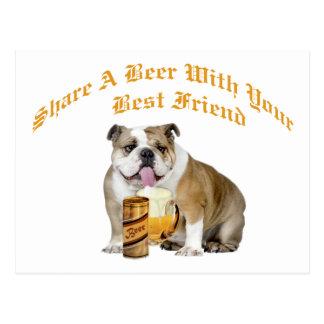 Le bouledogue anglais partage la bière carte postale