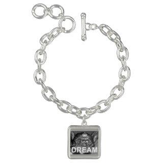 Le bouledogue français gardent le bracelet calme