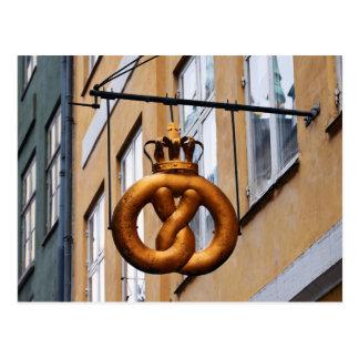 Le bretzel couronné signent dedans Copenhague Carte Postale