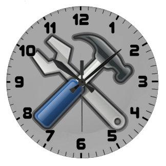 Le bricoleur usine l'horloge murale de marteau et grande horloge ronde