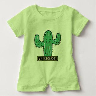 Le cactus libre étreint des chemises et des vestes