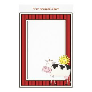 Le cadre rouge de grange heureuse de vache laitièr papier à lettre customisable