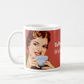 Le café me maintient occupé jusqu'à ce qu'il soit mug blanc