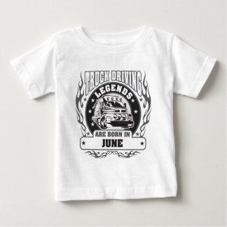 Le camion conduisant des légendes sont né en juin t-shirt pour bébé