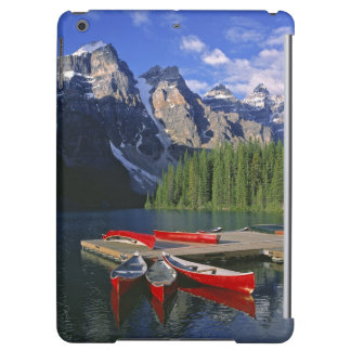 Le Canada, Alberta, lac moraine. Les canoës rouges