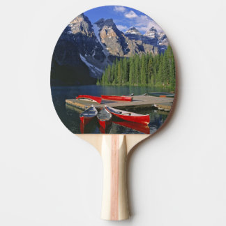 Le Canada, Alberta, lac moraine. Les canoës rouges Raquette Tennis De Table