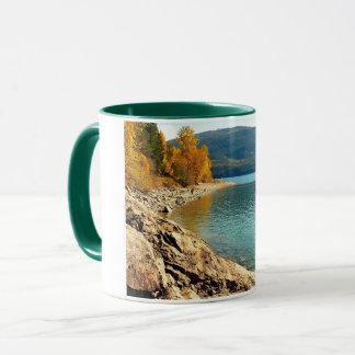 Le Canada l'automne au bord du lac tasse