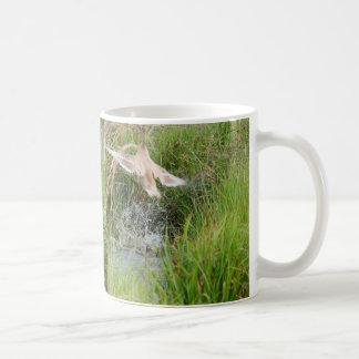 Le canard décollent, avant et ensuite mug