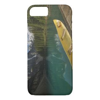 Le canoë s'est garé à un dock le long de lac coque iPhone 7