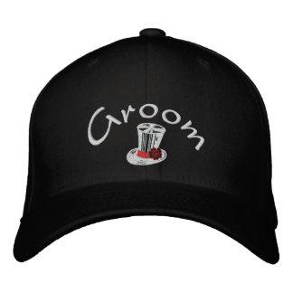 Le casquette brodé du marié élégant