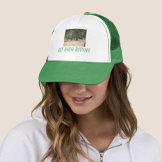 Le casquette obtiennent l'équitation élevée