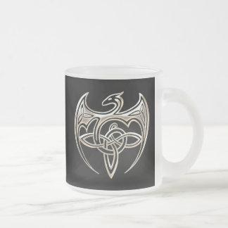 Le Celtic Trine de dragon argenté et noir noue Mug En Verre Givré