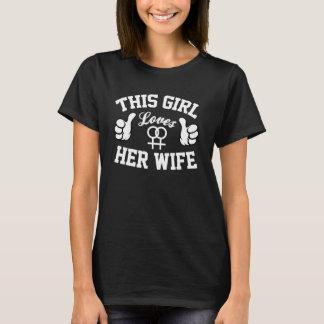 Le ` cette fille aime son T-shirt d'édition