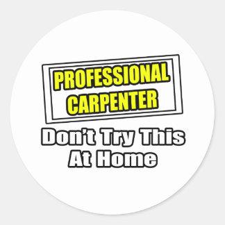 Le charpentier professionnel… n'essayent pas ceci sticker rond