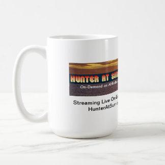 Le chasseur au lever de soleil refroidissent mug