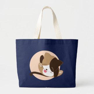 Le chat de chat lèchent grand sac